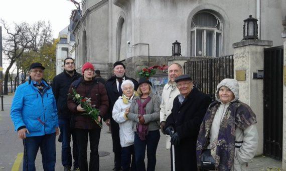 A Nagy Imre Társaság Budapesti Szervezetének (NITBSZ) képviselői a Szerb követség előtt - 2016