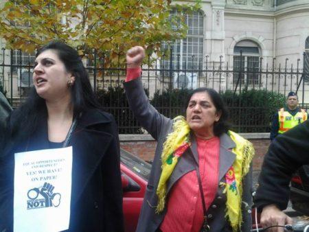 Daróczi Ágnes (cigánykendővel) egy antirasszista tüntetésen