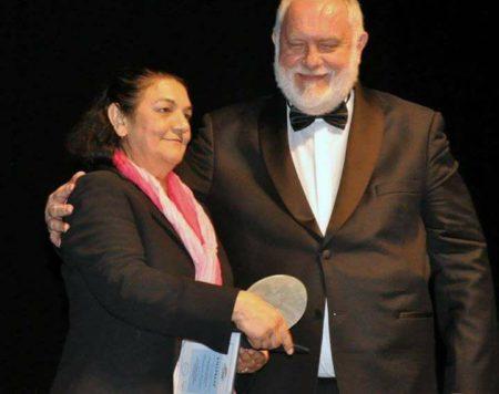 Hanti Vilmos a MEASZ elnöke átadja a díjat Daróczi Ágnesnek