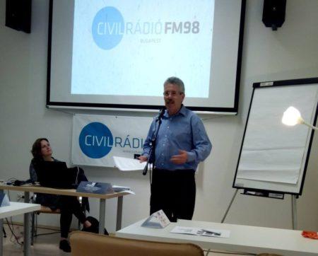Vicsek Ferenc a Civil rádió vezetője megnyitja a konferenciát. Fotó: Láng Judit