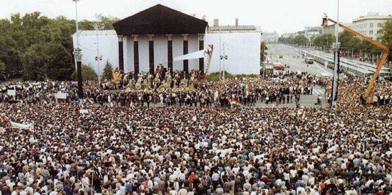 Nagy Imre és társainak újratemetése 1989. június 16-án a Hősök terén. Ekkortól datáljuk a Rendszerváltozást is.