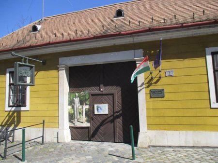 A Lukács-hagyatékot, az alkotó Varga Imre gyűjteményének helyet adó Budapest Galériában helyezték el. (1033. Budapest, Laktanya utca 7.)