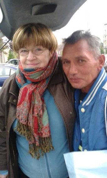 A költőt támogatja a Szociális Csomagküldő Mozgalom. (szocsoma) A képen a költő a civil szervezet vezetőjével, Kiss Anikóval látható.