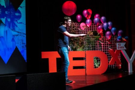 Lits Benedek, aki ki mer lépni a keretek közül (forrás: TEDxYouth Budapest)