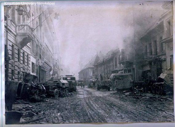 A Fő utca az ostrom végén - a képet Ungváry Krisztián bocsátotta Bojár Iván András rendelkezésére