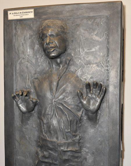 A lefagyasztott Han Solo szobra - fotó: index.hu