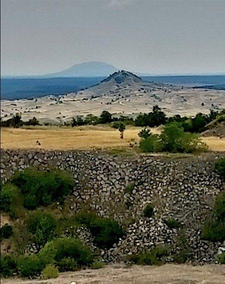 Elől a kráter, a messzeségben a Somló koporsóteste - írás és fotó: Bojár Iván András