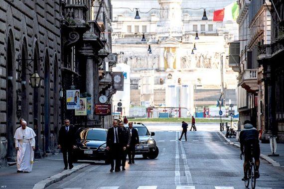 Bojár Iván András: Ferenc pápa sétát tesz a vesztegzár alatt lévő kiürült Rómában