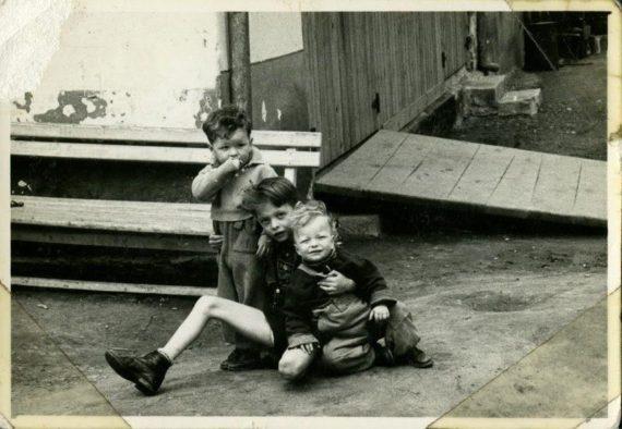 Donáth házaspár gyermekei Matyás, (1950) László, (1955) és Ferenc (1956) Snagovban. A fotó 1958-ban készült.