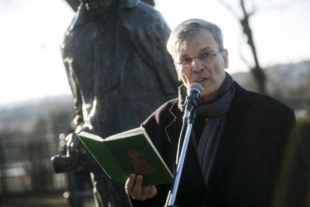 Lukács György szobrának eltávolítása ellen 2017. ferbruár 25-én Demszky Gábor Budapest volt főpolgármestere. Fotó: Láng Judit