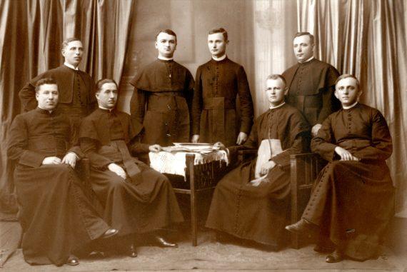 Az egykori egykori ungvári kispaptársak 1927 körül - Balról jobbra: Szemerszky János, Sztankay András, Szklár Jenő, Turzán József, Bába Miklós, Mitró János, Bodnár Béla és Ruttkay Sándor - fotó: byzantinohungarica.com
