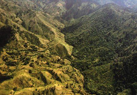 Haiti és a Dominikai Köztársaság határa. Egy szemléletes példa két szomszédos ország eltérő gazdaság- és erdőpolitikájára. (Fotó: Harm de Blij, Michigan State University)