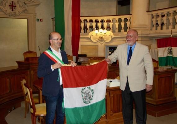 Lucca Vecchi az olasz trikolórt adományozza Hanti Vilmosnak - fotó: Marton Levente