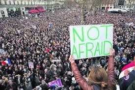 Párizsiak az utcán a Charlie Hebdo elleni terrortámadás után (telegraph.co.uk)