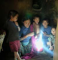 Napenergiával töltődő WLED (White Light Emitting Diode) lámpa Nuprang közösségében (practicalaction.org)