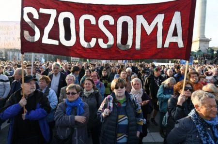 A Szociális Csomagküldő Mozgalom (szocsoma) aktivistái is kint voltak a tüntetés-sorozaton képviselve az ország tömeges elszegényedését